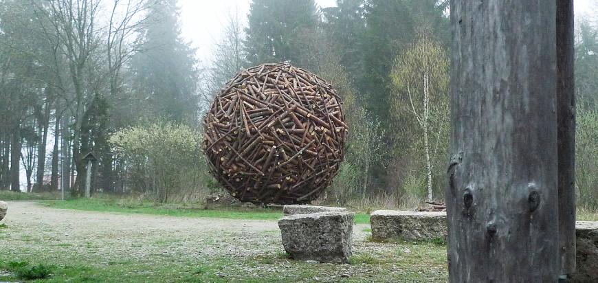 Der Holzmantel als Landmarke, der harmonisch in seine Umgebung eingepasst wirkt.
